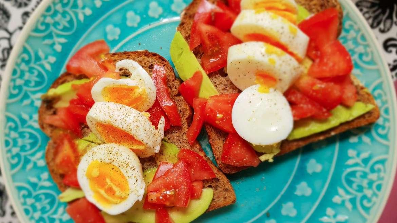 Avocadotoast met ei en tomaat
